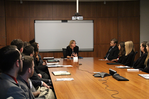 Photo de Barbara Finlay, Ombudsman adjointe, accueillant les Ohio Legislative Fellows à notre Bureau.
